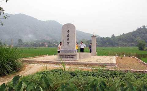 Năm 2012, dòng họ Bùi và nhân dân trong làng đã phát tâm công đức, dựng một tấm bia ghi dấu sự tồn tại của Nghĩa Trủng Xuân Áng