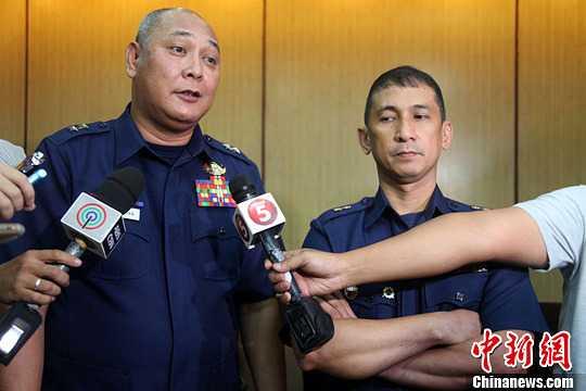 Chỉ huy lực lượng cảnh sát biển Philippines (trái) trả lời phỏng vấn về vụ việc