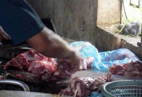 Đầu bếp chế thịt lợn sề thành thịt bò.
