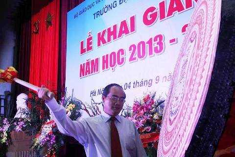Phó Thủ tướng Chính phủ Nguyễn Thiện Nhân đánh trống khai giảng năm học mới tại ĐH Y Hà Nội
