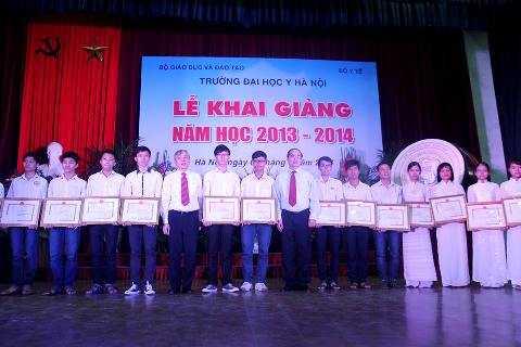 Phó Thủ tướng trao giấy khen và phần thưởng cho thủ khoa đầu vào ĐH Y Hà Nội