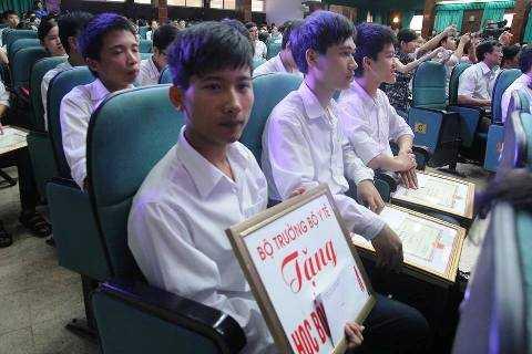 Chàng thủ khoa nghèo Nguyễn Hữu Tiến cũng nhận được học bổng do Bộ trưởng Y tế trao tặng (Ảnh: Minh Đức)
