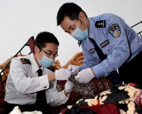 Cơ quan chức năng đang xem mẫu quần áo