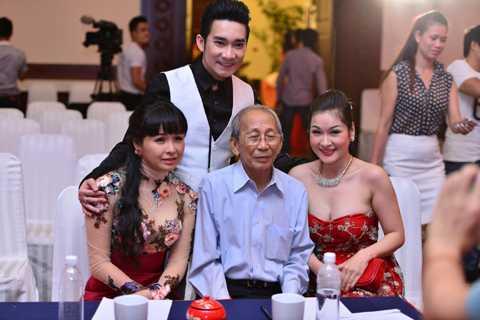 Quang Hà chụp hình lưu niệm cùng nhạc sỹ Nguyễn Ánh 9 (ngồi giữa) và các khách mời trong buổi công bố liveshow - ảnh: Huy Tân