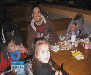 Anh Thomas Beatie bên cạnh 3 đứa trẻ do chính mình sinh.
