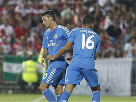 Ozil thể hiện sự không hài lòng khi bị Ancelotti thay ra.