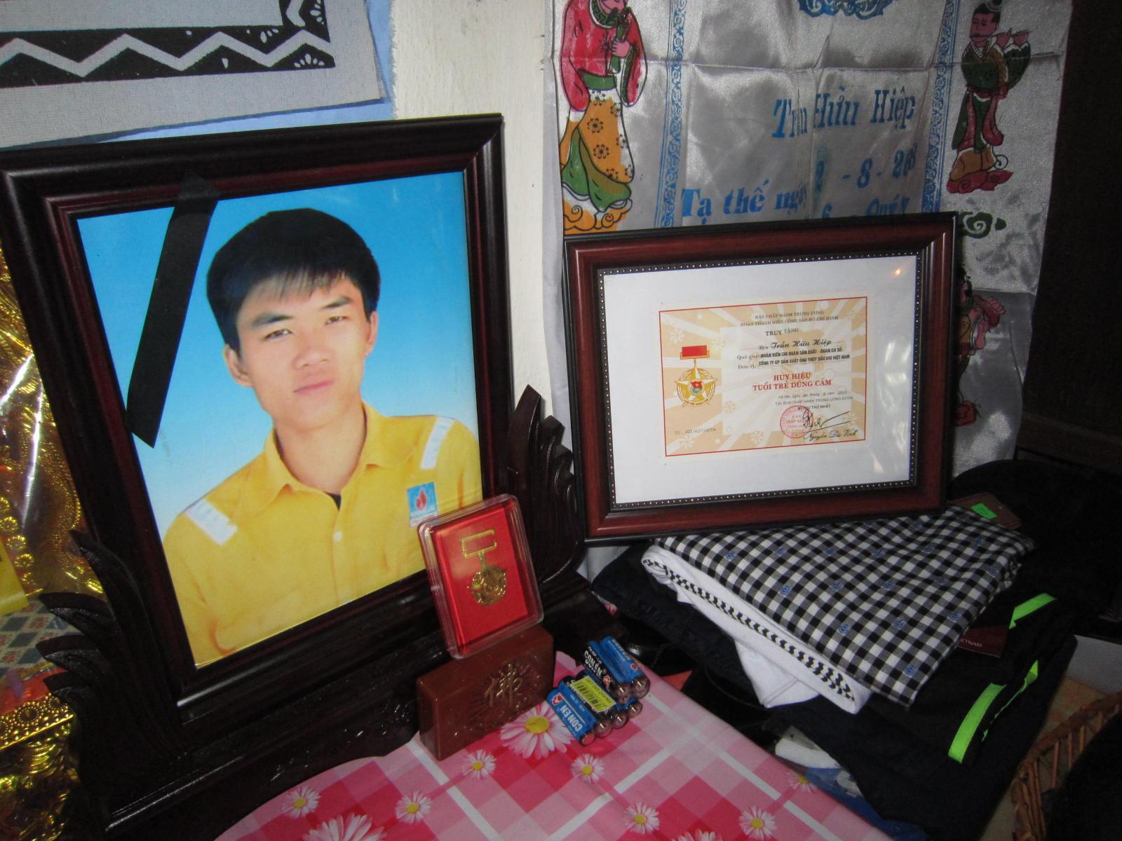 Những bộ quần áo mới, bằng khen, huy hiệu được đặt trang trọng trên bàn thờ anh Trần Hữu Hiệp.