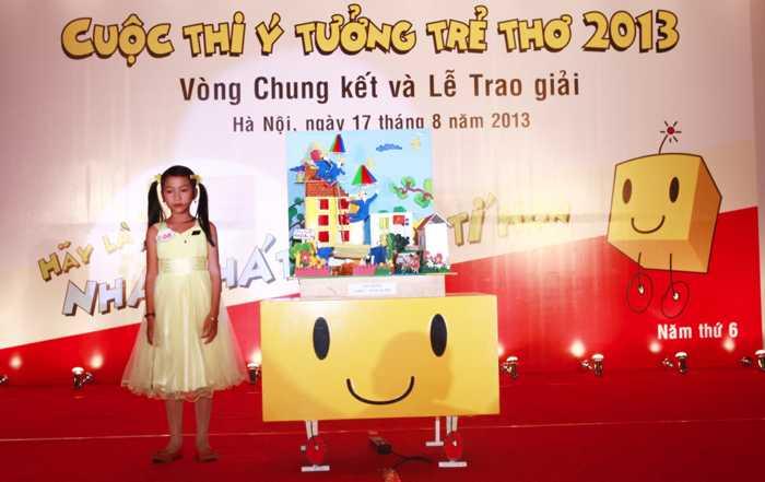 """Ý tưởng """"Chiếc áo bảo hộ"""" của em Huỳnh Thị            Trúc Vy, trường Tiểu học Duy Nghĩa 1, Quảng Nam đã khiến nhiều người xem            phải rơi nước mắt"""