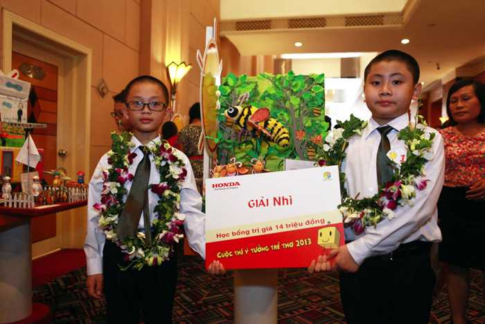 Hai Giải Nhì thuộc về nhóm em Vũ Bảo Long –            Nguyễn Phong, lớp 2A5 trường Tiểu học Vĩnh Trại, Lạng Sơn với ý tưởng            Ong bảo vệ rừng bắt lâm tặc