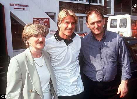 Beckham và cha mẹ ruột thời mới nổi.