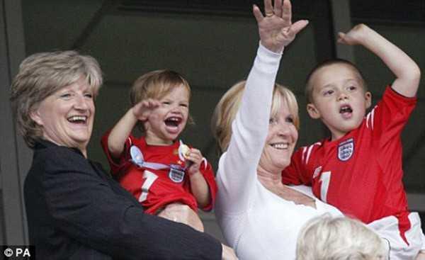 Mẹ ruột và mẹ vợ của Beckham.