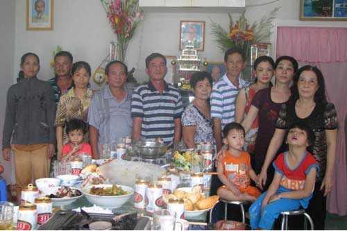 Bảo Tài (thứ 2 từ trái sang) cùng gia đình trong ngày giỗ cha là hoàng tử Vĩnh Giu. Ảnh: Kỳ Quan