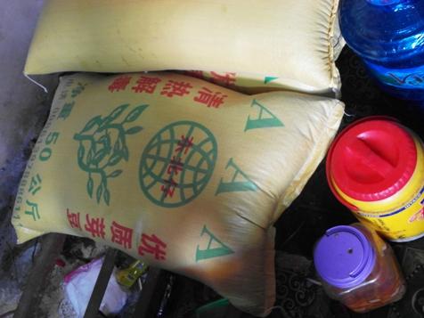 Bao đỗ xanh Trung Quốc, các chai lọ hóa chất