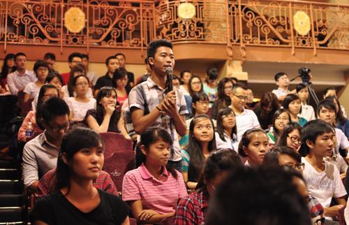 Nhiều bạn trẻ thích thú khi được đặt câu hỏi giao lưu với những vị diễn giả nổi tiếng