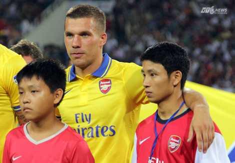 Vũ Xuân Tiến và Lukas Podolski (Ảnh: Nhạc Dương)