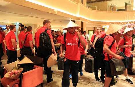 Hình ảnh ấn tượng Arsenal đến Việt Nam. (Ảnh: Quang Minh)