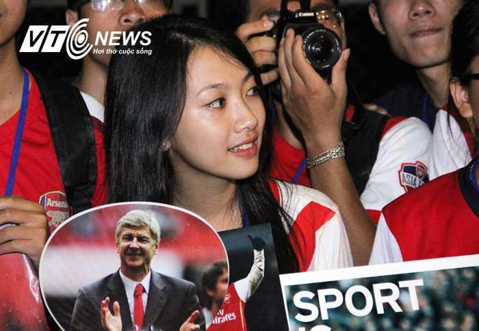 Fan Arsenal háo hức đợi thần tượng ở Nội Bài (Ảnh: Nhạc Dương)