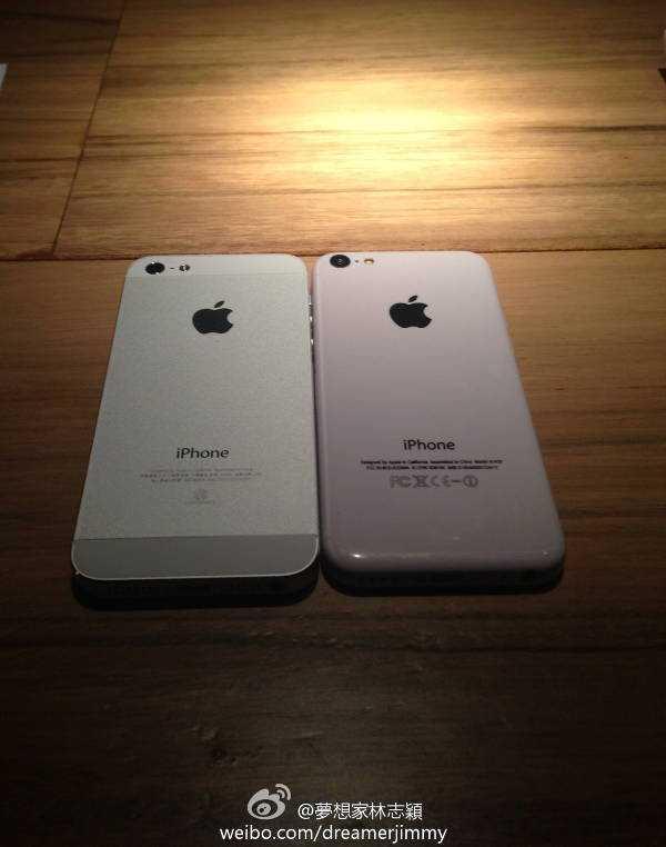 iPhone 5 và iPhone 5c được đặt cạnh nhau