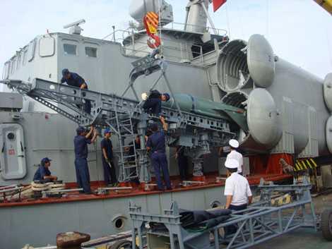 Kỹ thuật viên Hải quân Nhân dân Việt Nam lắp đạn tên lửa P-15M lên bệ phóng tàu Tarantul Project 1241RE