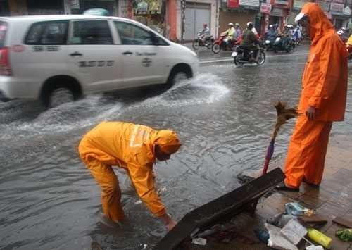 Công nhân công ty thoát nước ở TP.HCM