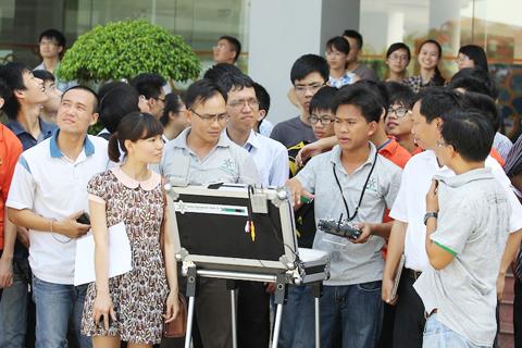Sinh viên ĐH FPT hào hứng theo dõi quá trình điều khiển máy bay