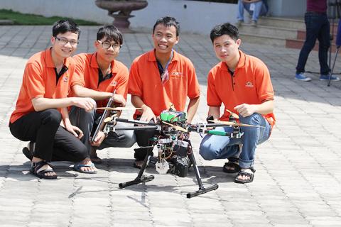 Những sinh viên yêu thích công nghệ cảm thấy rất thích thú và ngạc nhiên trước màn trình diễn ấn tượng của thiết bị này