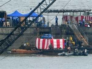 Thợ lặn Ấn Độ tìm kiếm thi thể nạn nhân trong vụ chìm tàu ngầm INS Sindyrakshak (Nguồn: AFP)