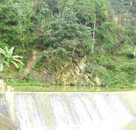 Toàn cảnh ngọn núi, dưới chân là suối cá thần.
