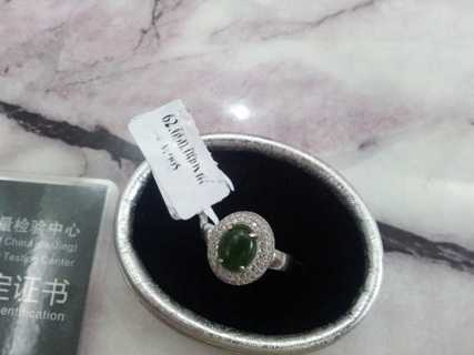 Nhẫn ngọc giá 62 triệu đồng được bán với giá 6 triệu đồng. Chiếc nhẫn được để trong hộp giấy bạc có thể dùng tay bóp nát.