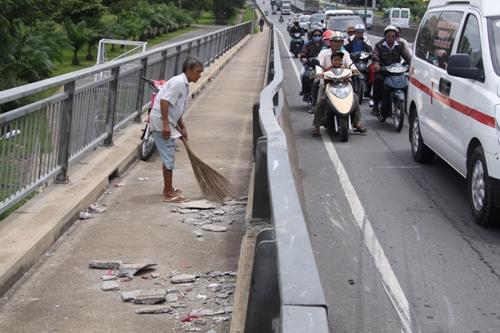 Lan can cầu Mỹ Thuận biến dạng, bê tông chân lan can bị bể
