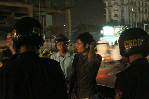 CSCĐ nhắc nhở một thanh niên không đội mũ bảo hiểm khi đi đường.