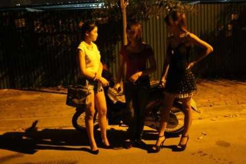 Ba 'gái gọi' được một thanh niên chở, lạng lách trên đường phố bị CSCĐ bám theo, tạm giữ.