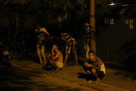 Trong khi tạm giữ phương tiện và 3 cô gái, nhiều thanh niên xăm trổ đến vây quanh, gây sức ép cho tổ công tác.