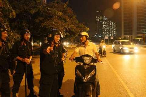 CSCĐ thuộc đại đội 5 chỉ đường cho người tham gia giao thông trong đêm.