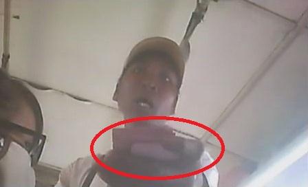 Tên cướp lên xe buýt và dí kim tiêm thẳng mặt phóng viên đòi tiền (Ảnh chụp từ clip)