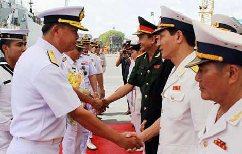 Đại diện phía Việt Nam đón tiếp phái đoàn Hải quân Thái Lan