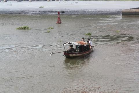 Lực lượng cứu hộ cứu nạn thuộc Sở PCCC TP.HCM đang nỗ lực tìm kiếm thi thể nạn nhân bị tàu húc văng xuống sông Sài Gòn (Ảnh: Phạm Nguyễn)