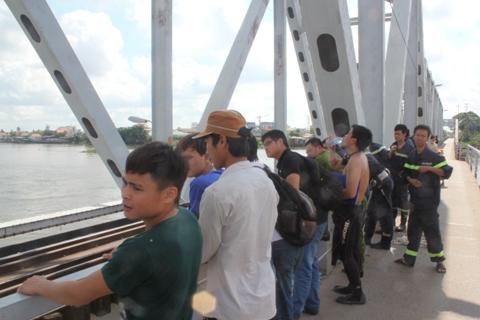 Lực lượng chức năng có mặt tại cầu Bình Lợi triển khai công tác cứu hộ cứu nạn (Ảnh: Phạm Nguyễn)