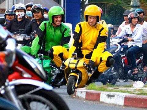 Hai thanh niên người nước ngoài đua xe máy dạng ruồi ngay giữa trung tâm TP.HCM.