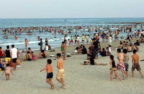 Người dân đổ xô ra bãi biển Mỹ Khê (Đà Nẵng) để tránh nóng trong đợt nắng nóng cuối tháng 5/2013.