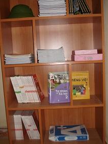 Tủ sách giáo trình để phục vụ lớp học xóa mù chữ cho phạm nhân ở phân trại K3