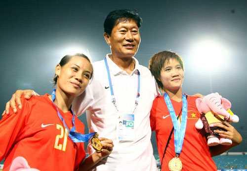 Niềm vui chiến thắng của thầy trò HLV Trần Vân Phát