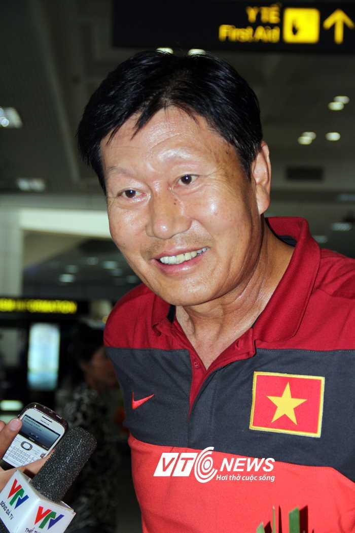 HLV Trần Vân Phát trả lời báo giới tại sân bay Nội Bài (Ảnh: Hà Thành)