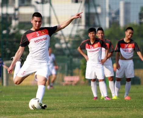 Michel Lê tập cùng U23 Việt Nam (Ảnh: VSI)