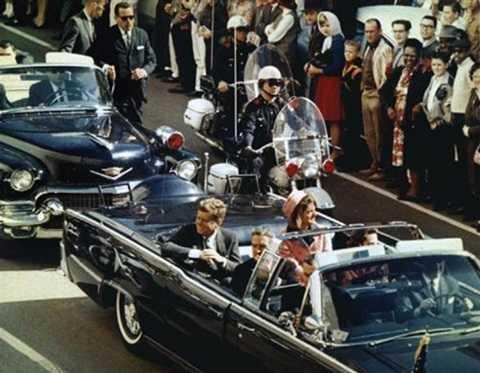 Tổng thống Kennedy bị bắn chết khi đang đi cùng đệ nhất phu nhân Jacqueline, thống đốc Texas John Connally và vợ ông trên xe của Tổng thống