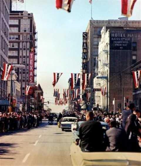 Đoàn xe hộ tống chở Tổng thống Kennedy diễu hành qua các con phố của Dallas, vài phút trước khi Kennedy bị ám sát