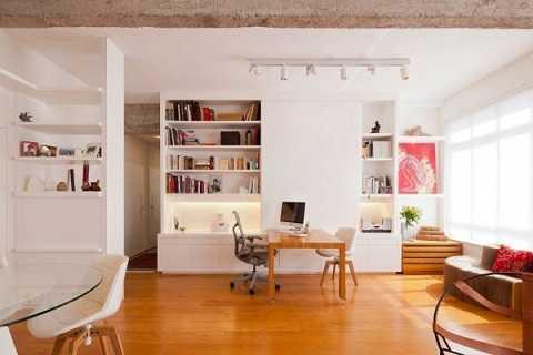 Không gian làm việc nhỏ xinh với chiếc bàn gỗ mộc được sử dụng linh hoạt trong nhiều tình huống. Kệ âm tường vừa lưu trữ được nhiều, vừa gọn gàng.