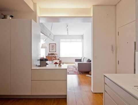 Thực chất bức tường lửng này chính là những kệ lớn có tác dụng lưu trữ đồ đạc của phòng bếp cũng như phòng khách gọn gàng và ngăn nắp.