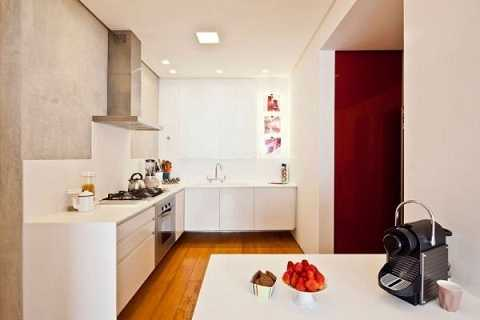 Những viên gạch ốp màu sắc thêm điểm nhấn cho căn bếp trắng.