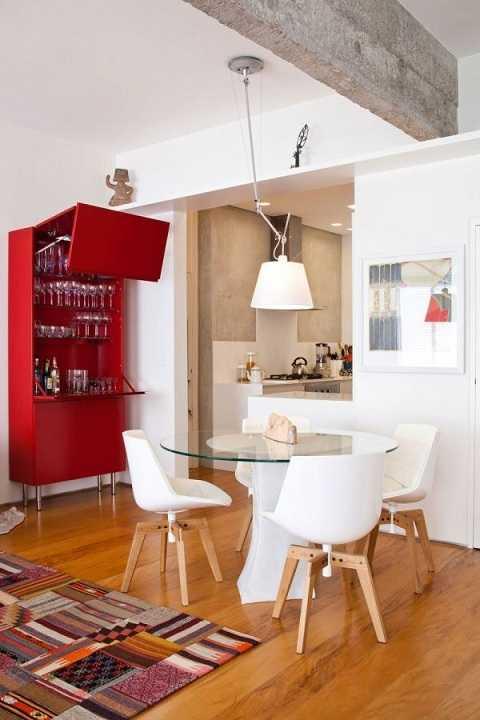 Chiếc tủ tường màu đỏ ấn tượng này còn là nơi lưu trữ ly, tách để phục vụ nhu cầu sử dụng hàng ngày cũng như trong những bữa tiệc.